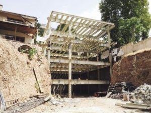 De villa van ruim 1.400 vierkante meter wordt gebouwd tegen een helling in het noorden van Teheran. De woning wordt als een doos tussen de bestaande bebouwing ingeschoven.
