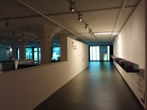 Vanaf de entree van de kelder van Schunck loopt de bezoeker eerst langs de tijdlijn met het oeuvre van Mies, aan het einde lonkt de film over de vijf gebouwen die centraal staan in de expositie.