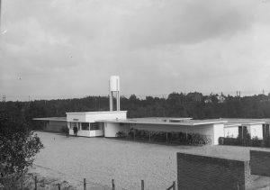 Foto uit een serie over het Openluchtzwembad Crailoo, destijds het fraaiste bad van Nederland. De belangstelling was enorm.