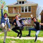 Bob, Dominik en Ronen voor het huis in Detroit.