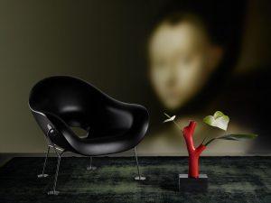 Het nieuwe label Qeeboo lanceerde een collectie goedkope plastic designmeubels, waaronder fauteuil Pupa en vaas Korall van Andrea Branzi