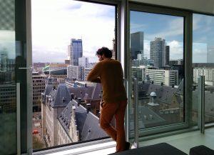 Vanaf de 12e verdieping heb je uitzicht maar ook nog contact met de straat.