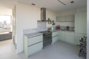 Keuken grenst aan eethoek en terras