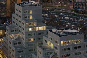 Het appartement van Ossip op de 12e verdieping heeft een beschut groot terras met aan een zijde een blinde muur. Erboven zijn nog twee lagen met penthouses.