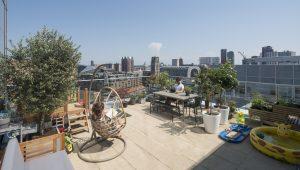 Terras van 45 m2 biedt redelijke privacy en uitzicht op o.a. Markthal en Laurenskerk