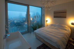 Bed en bad in een kamer