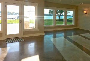 In dit huis in Jenison, Michigan, gelegen aan een meer, koos de bewoner ervoor alleen in de ramen rechts thermochroom glas te laten plaatsen. De ramen links 'zaten toch onder een overstek'. Zijn redenering was dat Suntuitive daar dus niet nodig was. Het verschil in lichtinval is duidelijk