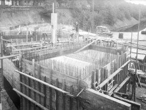 Beeld van de bouw van de zand- en zoutbunkers in de Oude Haven, tijdens de oorlogsjaren.