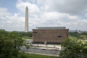 NMAAHC vanuit het westen, links het Washington Monument. Foto Jacqueline Knudsen