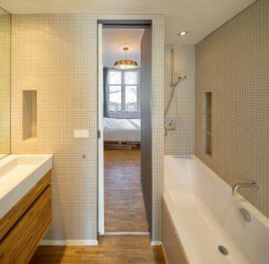 doorkijk vanuit zijkamer via badkamer naar slaapkamer voorzijde