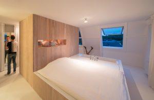 Maarten Polkamp naast het blok met sauna en douche.