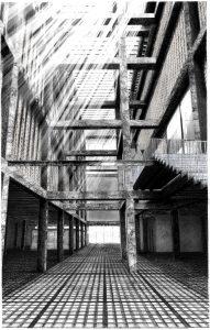 De zuil-en liggerstructuur van het voormalige warenhuis blijft behouden. Door het demonteren van plankenvloeren ontstaat een atrium met daglicht tot diep in het gebouw.