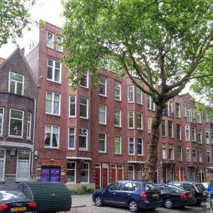 Fraaf Florisstraat Rotterdam, op tweede verdieping naast elkaar: appartement Maarten Polkamp en bureau Personal Architecture (beide met P.A op ruit). Op de vierde verdieping aan de achterkant heeft Polkamp een halve verdieping.
