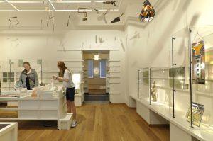 Themazaal Ambacht als Kunst, met o.a. een blokkentafel, waar bezoekers zelf reliëfs kunnen maken.