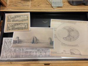 In de ladekast liggen reproducties van ontwerptekeningen van o.a. architect Wijdeveld.
