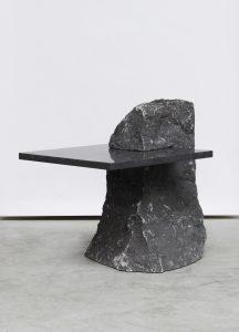 Fragments voor Future Perfect, New York: Lex Pott haalt inspiratie uit de manier waarop steen op een natuurlijke manier splijt en breekt. Hij combineert de brokken ruw materiaal met hoog gepolijst glas of steen waardoor zowel poëtische als provocerende tafels ontstaan die balanceren op het snijvlak van design en kunst.