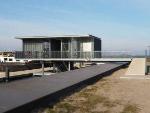 Aan de Cas Oorthuyskade op IJburg is een buitendijkse thuishaven met 34 ligplaatsen voor zelfstandig varende woonschepen gebouwd