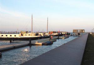 De steiger is op diverse plaatsen verbreed tot een soort pleintjes. Het is de bedoeling dat de woonbootbewoners ze op termijn als gemeenschappelijke ruimte gebruiken en inrichten.