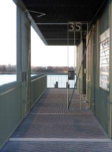 De gebouwtjes bestaan uit een open staalconstructie waarin de meterkasten, fietsenstalling en de postkasten zijn opgenomen.
