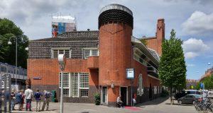 Op de hoek van het Spaarndammerplantsoen en de Oostzaanstraat is het voormalige postkantoor met origineel interieur van Michel de Klerk. In de container voor het postkantoor, op de foto nog net links in beeld, is een krotwoning ingericht, als onderdeel van de rondleiding.