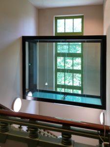 Op de tweede verdieping van museum Het Schip kan men een rondgang maken dankzij een nieuwe glazen brug door het trappenhuis.