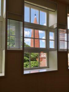De originele vensterindeling aan de zijde van de binnenplaats op de tweede verdieping.