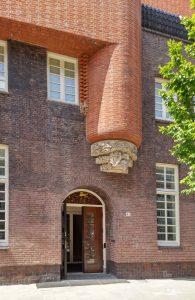 Entree museum Het Schip. Naast de entree in graniet een boogschutter van Hildo Krop voor de voormalige school 'De Veulens'.