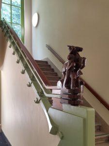 Een sculptuur van Hildo Krop siert de trap op de begane grond