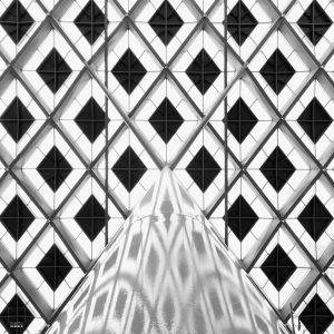 Dak van het gerenoveerde staion Den Haag CS, gekenmerkt door de wybertjes-structuur, ruitvormige elementen in een glazen dak