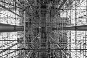 reusachtige constructie van steigers in het in aanbouw zijnde gedeelte van het Erasmus Medisch Centrum in Rotterdam