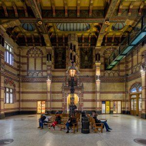 Beroemde wachtruimte in het station van Groningen, met een plafond waarbij de elementen gemaakt zijn van papier-maché