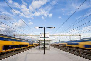 Treinen razen langs het perron van het nieuwe station Vaartsche Rijn