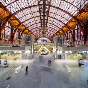 Bewegende mensen in het Centraal Station van Antwerpen