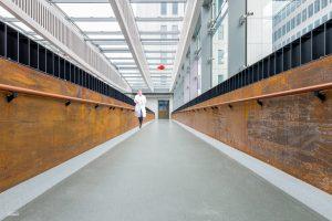 Symmetrische opname van een loopbrug in het nieuwe Erasmus Medisch Centrum in Rotterdam
