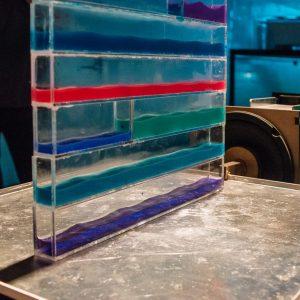 Tectonics, is een onderzoek met urgentie, gezien de aardbevingen in Groningen. Als uitgangspunt bouwden ze een trilplaat die een aardbeving nabootst. Op die plaat zijn hangende constructies, vloeistoffen en gelatine getest