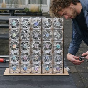 Charcoal, een proefwand vol kleine windmolentjes die ledlampjes laten branden zou een gevel kunnen opleveren die bij wind als houtskool gloeit