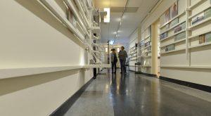 Op de 1e verdieping is een vaste opstelling over de Amsterdamse School. Op de gang een tijdlijn.
