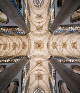 Pilaren fungeren als leading lines in de Grote Kerk in Breda