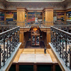 Interieur van de bibliotheek in het Teylers Museum in Haarlem, waarbij de reling van het balkon als leading line fungeert