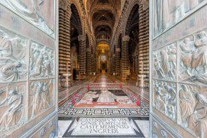 Deuren fungeren als leading lines naar het interieur van de kathedraal van Siena
