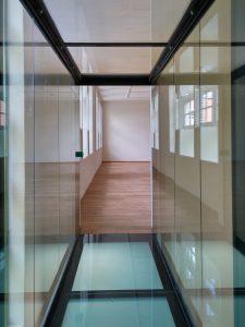 Glazen brug op tweede verdieping