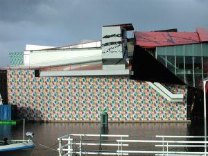 Na jaren trespa kreeg het Mendinipaviljoen, Groninger Museum in 2010 een gevel met tegels.