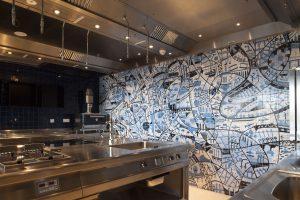 Zowel een eerbetoon aan de Nederlandse tegeltraditie als pragmatisme: het ontwerp dat Isra Paez voor Mecanoo ontwierp en dat in de keuken van het Hilton Schiphol is te zien