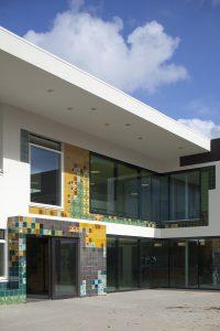 Brede school Villa Vonk in Hoogvliet, ontwerp VenhoevenCS: toepassing van tegels speelt in op de culturele diversiteit van de bevolking in de buurt. Foto Luuk Kramer