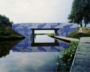 Elfstedenbruggetje vlak voor Leeuwarden: It Sel Heve, afbeelding is opgebouwd uit tegels met foto's van deelnemers aan diverse elfstedentochten. Ontwerp beeldend kunstenaars Maree Blok en Bas Lugthart