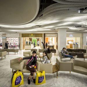 Luxury World. De inrichting van de meeste winkels en de horeca is niet van Kossmann.dejong. 'Door middel van een beeldkwaliteitsplan hebben alle andere ontwerpers een leidraad gekregen waarbinnen ze moesten werken