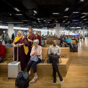 De wereld Travel & Culture met banken en vloer in bamboehout en afkortingen van luchthavens op het plafond