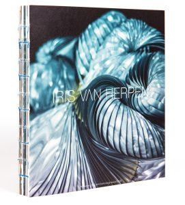 Een boek over het werk van iris van Herpen is onderdeel van de Kunst+ Techniek prijs van Witteveen+Bos