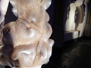 Micro dress van Iris van Herpen in Bergkerk Deventer - Foto Jacqueline Knudsen