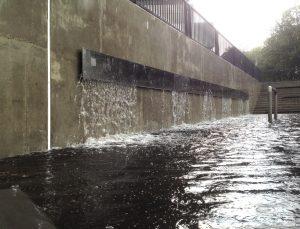 Vanuit een betonnen bassin stroomt het water via een spleet in de wand het grote bassin in • Foto Jurgen Bals.